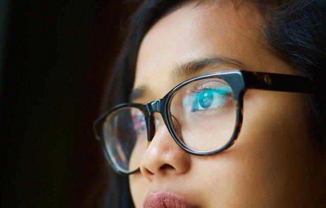 डोळ्यांची नजर वाढवण्यासाठी उपाय चश्मा